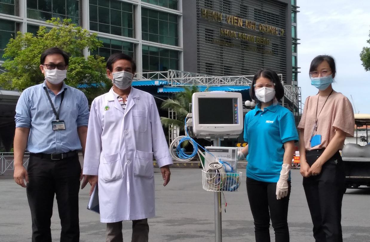 Quỹ Hy vọng trao máy monitor tại Bệnh viện Nhi đồng 2, hỗ trợ điều trị Covid-19. Ảnh: Hiền Ly.