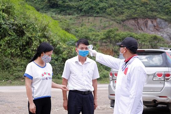 Đo thân nhiệt tại chốt kiểm soát dịch ở Sơn La. Ảnh: CDC Sơn La