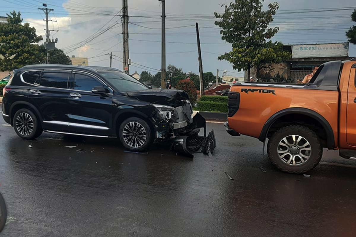 Hai ôtô va chạm trên đường Nguyễn Tất Thành. Ảnh: Trần Hoá