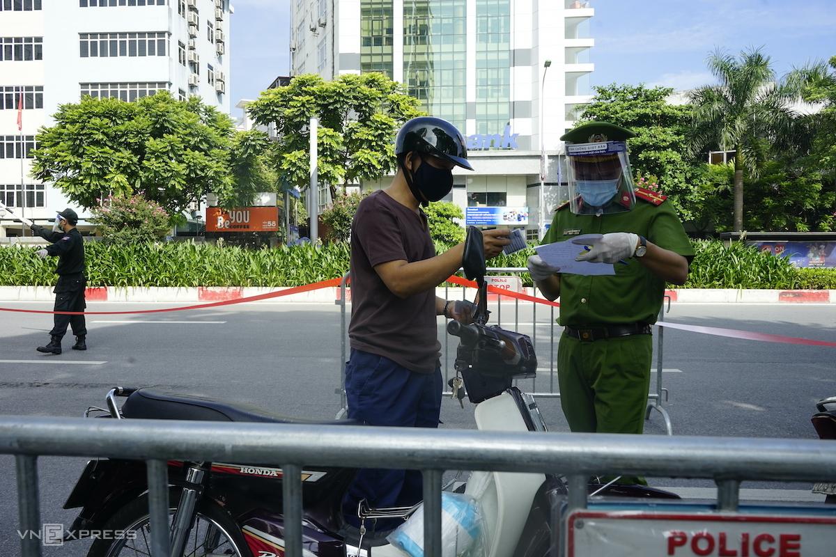 Cảnh sát kiểm tra giấy đi đường tại chốt Nguyễn Chí Thanh, sáng 17/8. Ảnh: Gia Chính