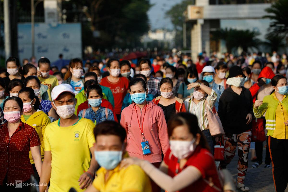 Công nhân Pouyuen tại Bình Tân, TP HCM tan ca về nhà, tháng 6/2021. Ảnh: Hữu Khoa