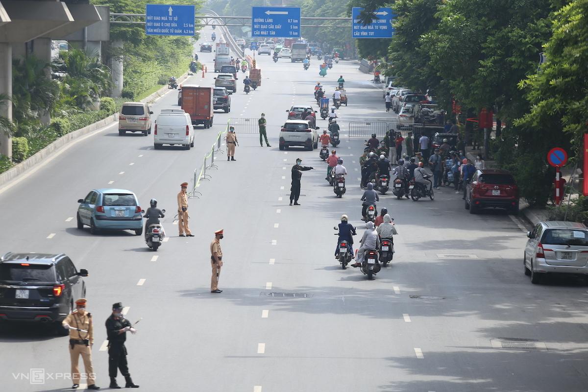 Đoạn chốt dài hơn 50 m trên đường Nguyễn Trãi, sáng 17/8. Ảnh: Gia Chính