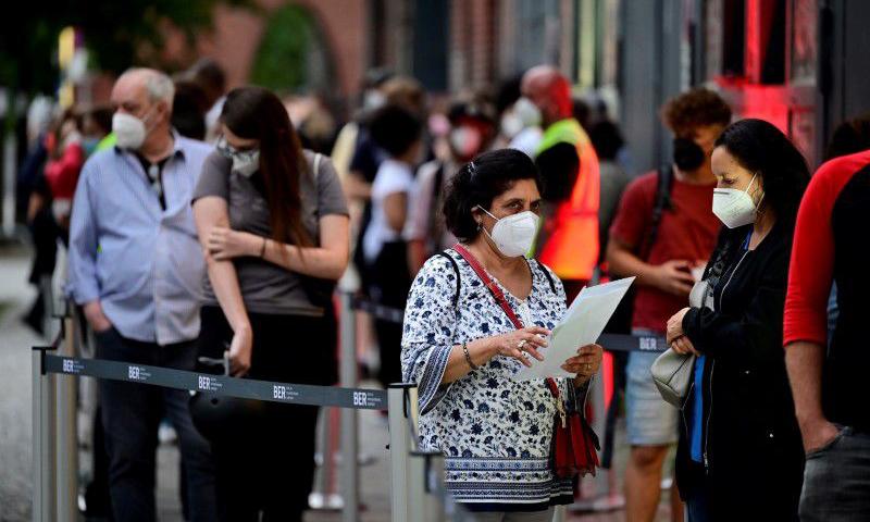 Người dân xếp hàng bên ngoài một điểm tiêm chủng ở thủ đô Berlin, Đức hôm 9/8. Ảnh: Reuters.