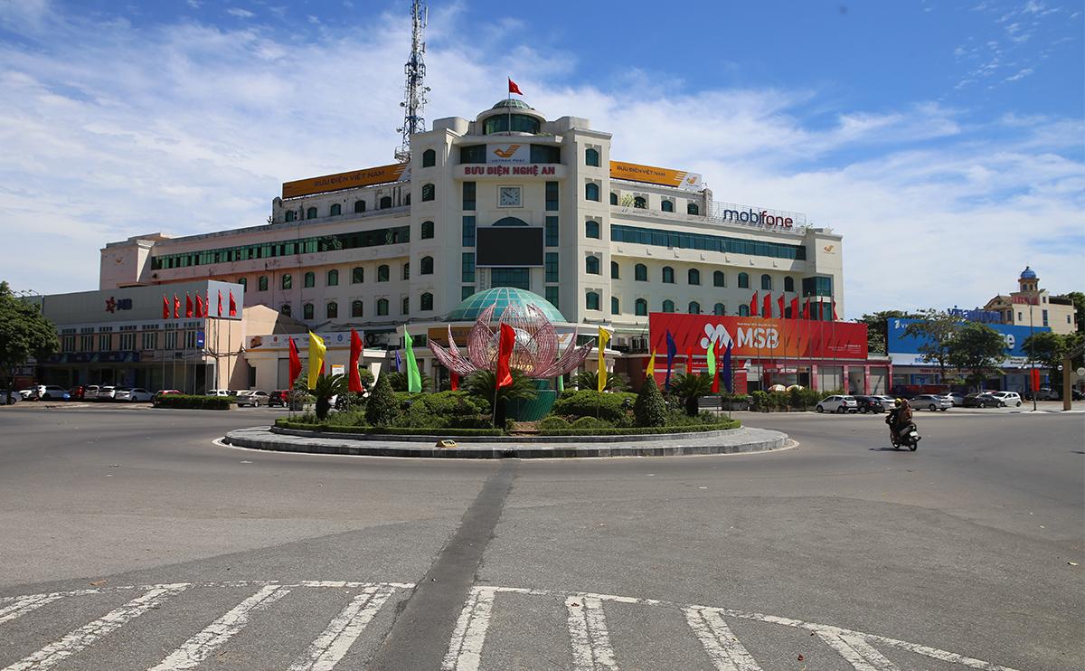Vòng xuyến trung tâm TP Vinh gần 10h sáng 17/8, vắng phươgn tiện so với ngày thường. Ảnh: Nguyễn Hải