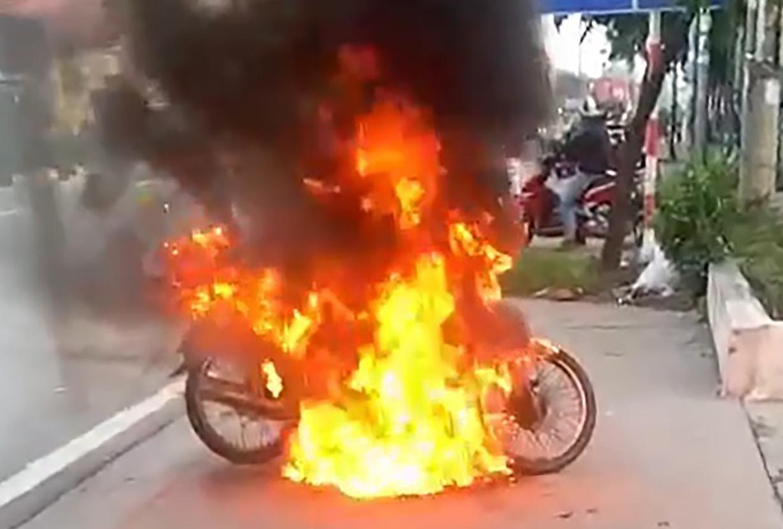 Chiếc xe máy bị đốt cháy bên lề đường Mỹ Phước - Tân Vạn sáng nay. Ảnh: Cắt từ Video