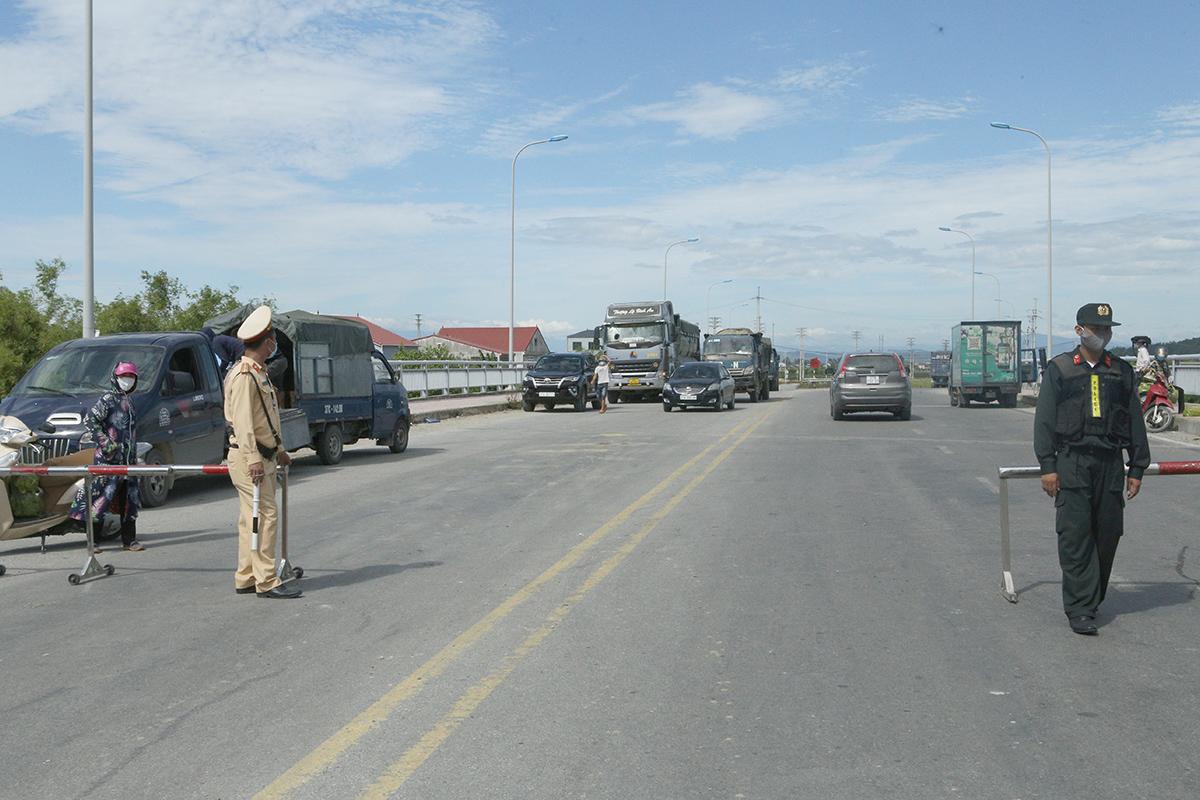 Chốt kiểm soát trên đường 72m giao giữa TP Vinh) với huyện Hưng Nguyên, sáng 17/6. Ảnh: Nguyễn Hải