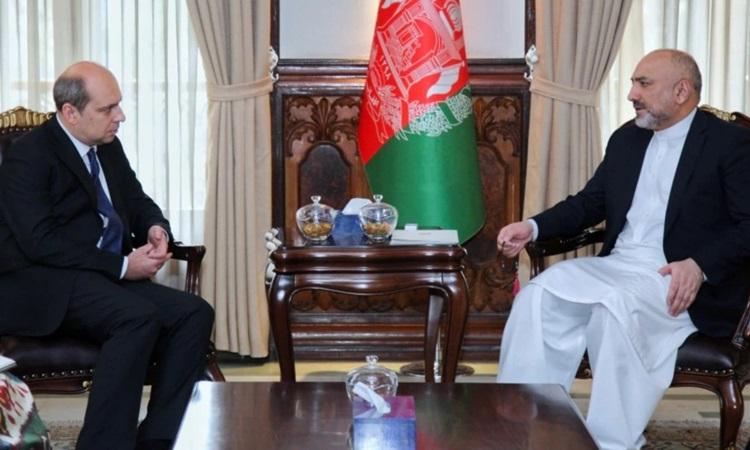 Đại sứ Nga Dmitry Zhirnov (trái) gặp cựu ngoại trưởng Afghanistan Mohammad Haneef Atmar tại Kabul hồi tháng 3. Ảnh: Bộ Ngoại giao Afghanistan.