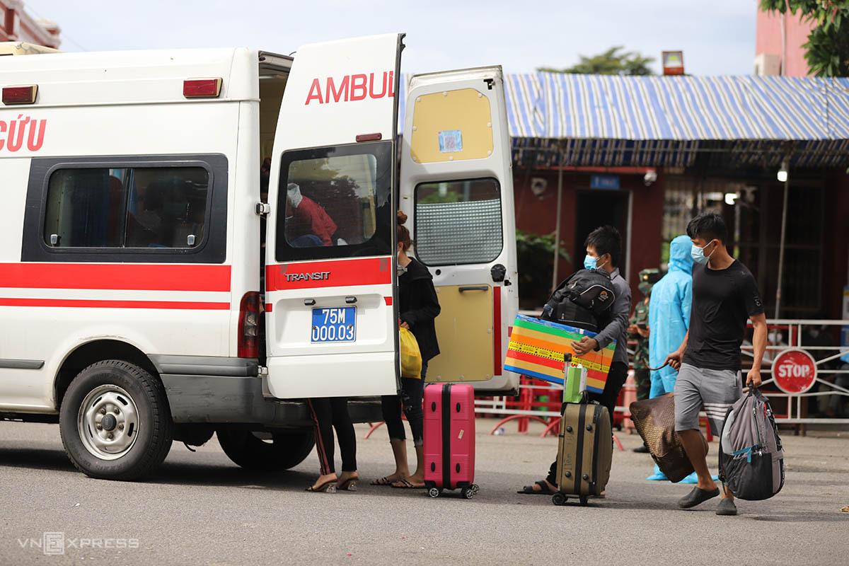 Người dân về từ TP HCM  bằng tàu hỏa ngày 24/7 tại ga Huế được đưa đi cách ly tập trung. Ảnh: Võ Thạnh