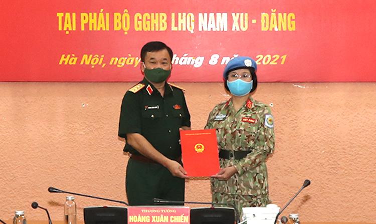 Trung tá Vũ Thị Kim Oanh nhận Quyết định của Chủ tịch nước từ Thứ trưởng Quốc phòng Hoàng Xuân Chiến. Ảnh: Mod.gov.vn