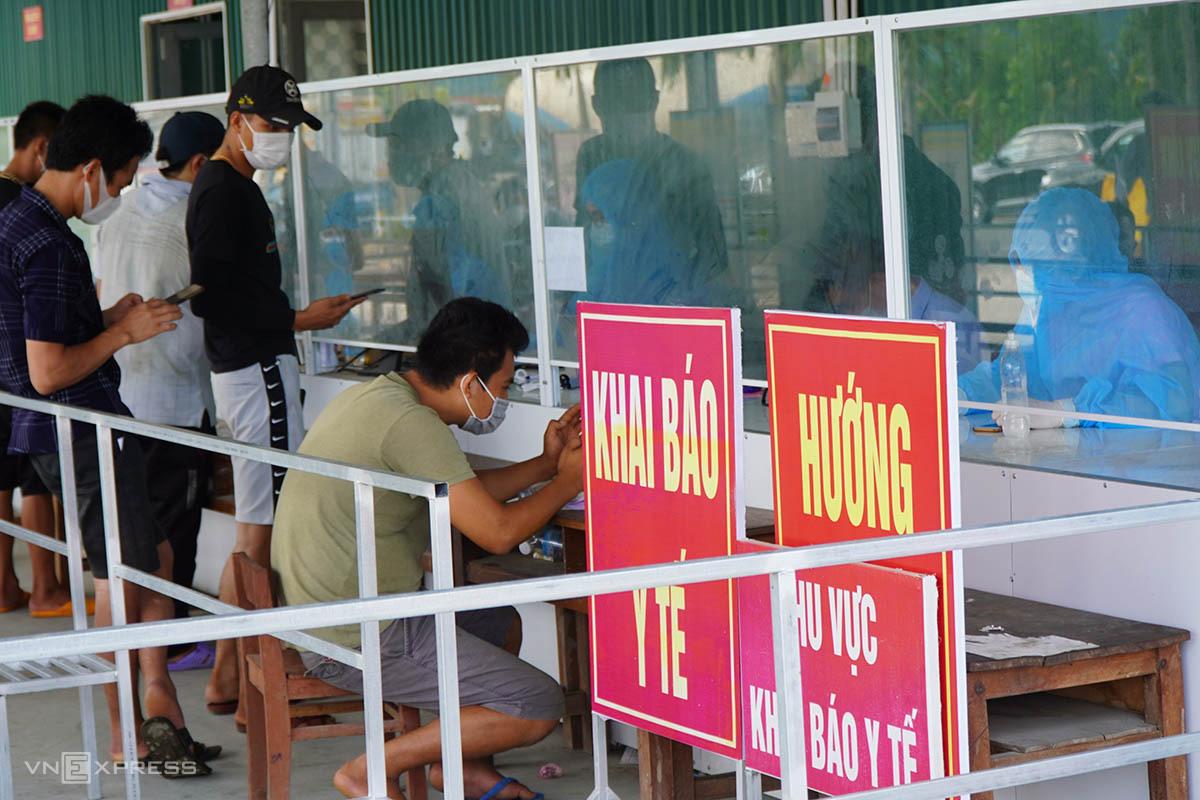 Người dân khai báo y tế  tại chốt kiểm soát y tế ngày 16/8. Ảnh: Võ Thạnh