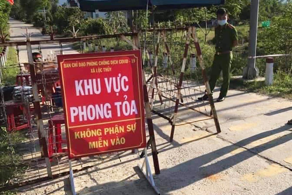 Tuyến đường vào thôn Phước Hưng ở xã Lộc Thủy bị phong tỏa. Ảnh: Vạn An
