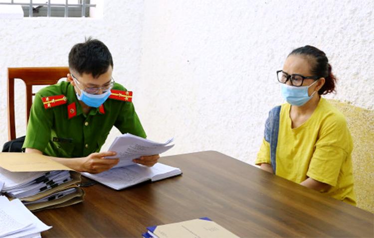 Bà Lê Thị Hiền (góc phải) tại cơ quan điều tra. Ảnh: Công an cung cấp