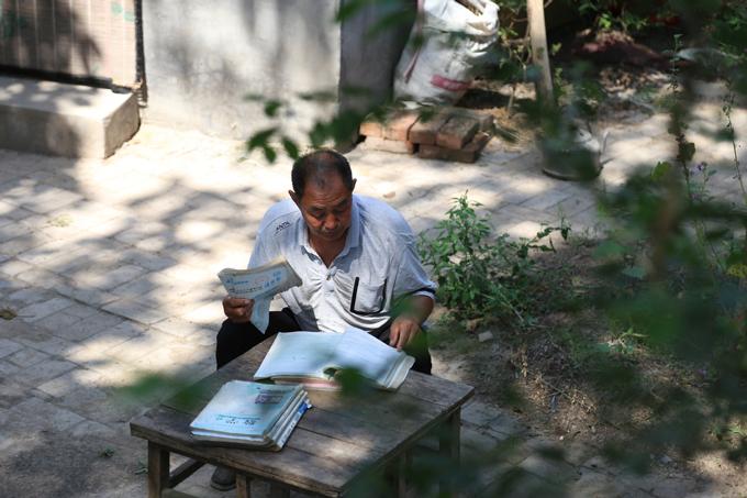 Liu Yuchun studys for the 2020 national college entrance exam, or gaokao, in Zhengzhou, Henan province. [Photo by Chen Jie/for China Daily]