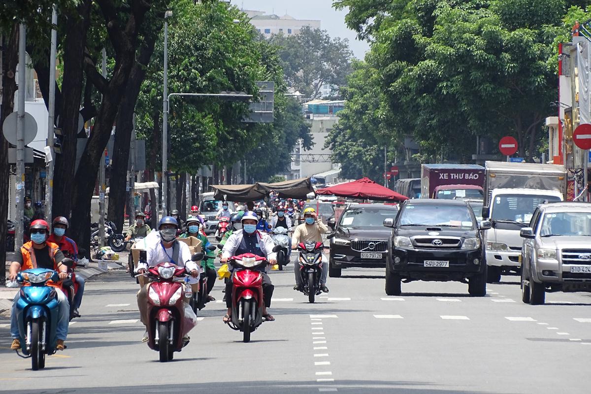 Người dân chạy trên đường Võ Thị Sáu, quận 3, chiều 17/8. Ảnh: Hà An