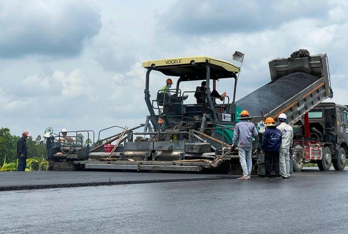 Thảm bê tông nhựa trên cao tốc Trung Lương - Mỹ Thuận. Ảnh: Hoàng Nam.