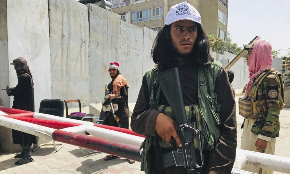 Lực lượng Taliban đứng gác tại trạm kiểm soát tại Kabul, Afghanistan, hôm 17/8. Ảnh: AP.