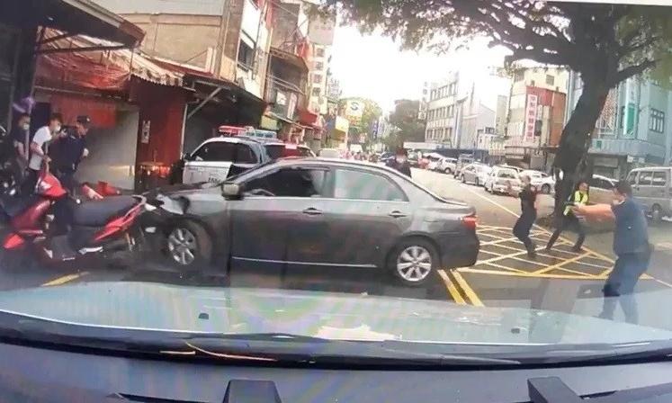 Cảnh sát Đài Loan bắn vào xe của Pham hôm 16/8. Ảnh: Cảnh sát Vụ Xã