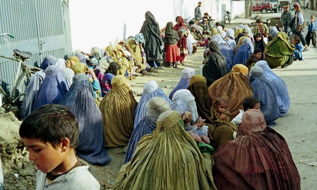 Phụ nữ và trẻ em tụ tập bên ngoài văn phòng Liên Hợp Quốc tại Kabul nhờ giúp đỡ hồi tháng 1/1999. Ảnh: AP