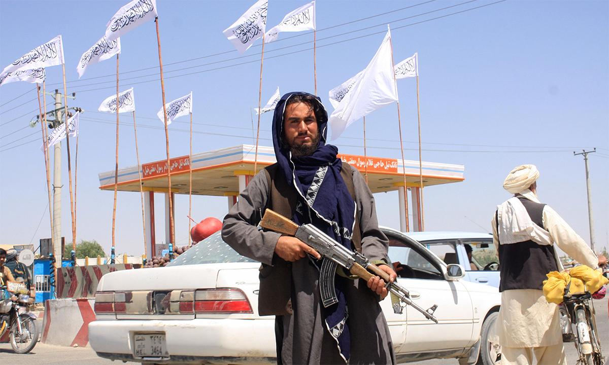 Một tay súng Taliban đứng trên đường tại thành phố Ghazni của Afghanistan ngày 14/8. Ảnh: Reuters.