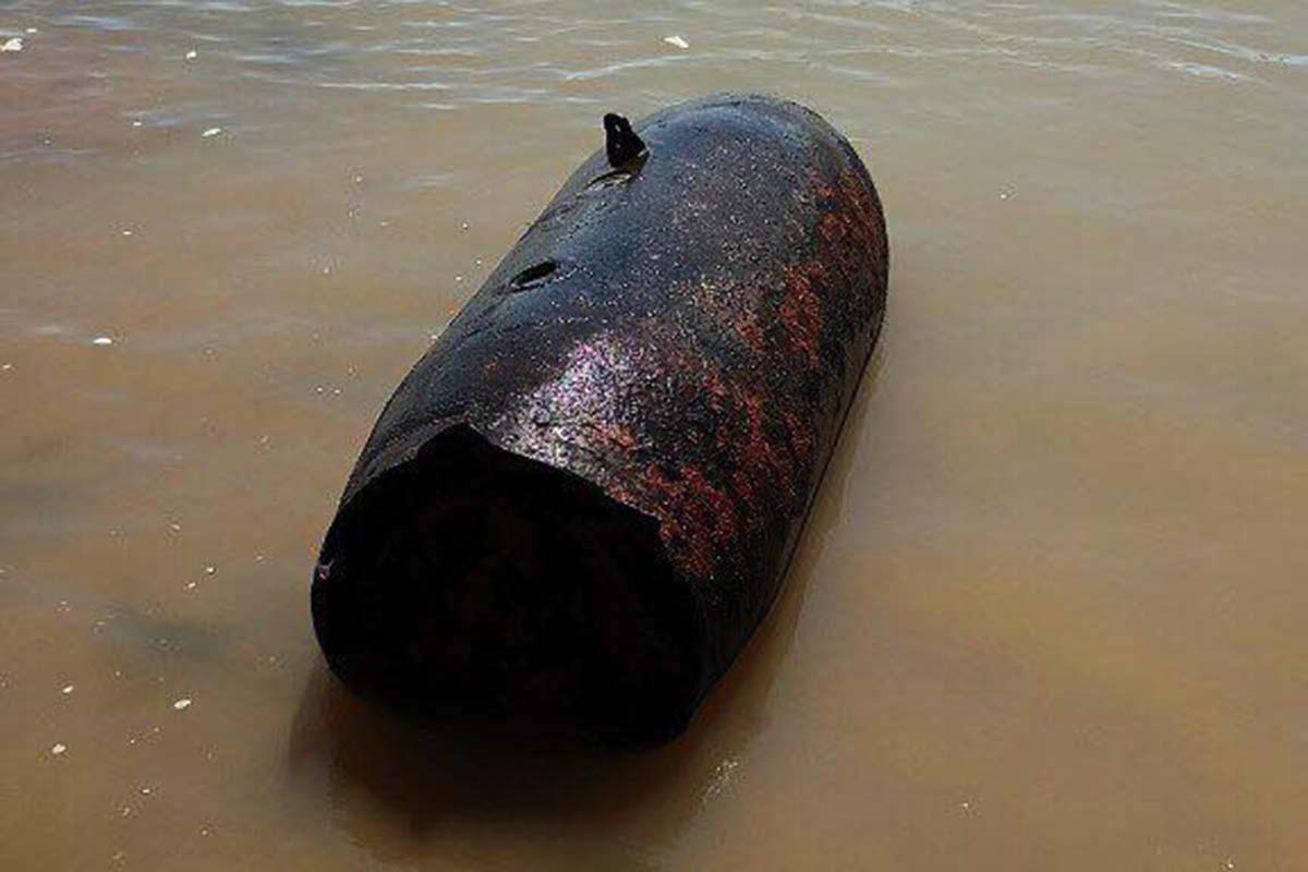 Quả bom nặng 340 kg được người dân phát hiện dưới sông Trà Khúc. Ảnh: Phạm Linh