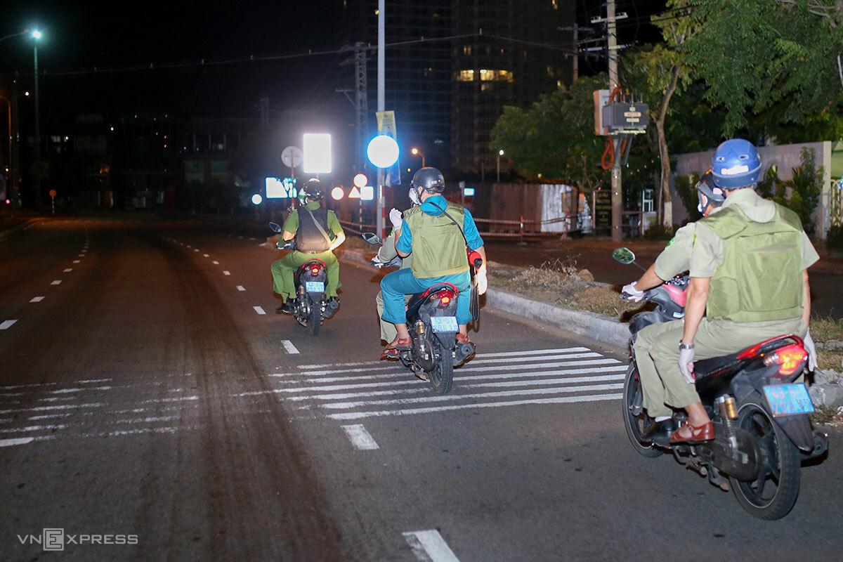 Công an phường An Hải Bắc tuần tra đêm trên đường Ngô Quyền. Ảnh: Nguyễn Đông.
