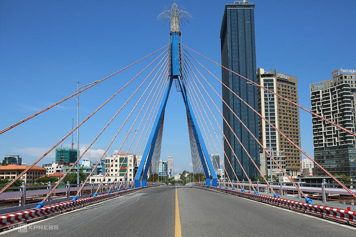 Cầu sông Hàn vắng người qua lại, lúc 10h ngày 17/8. Ảnh: Nguyễn Đông.