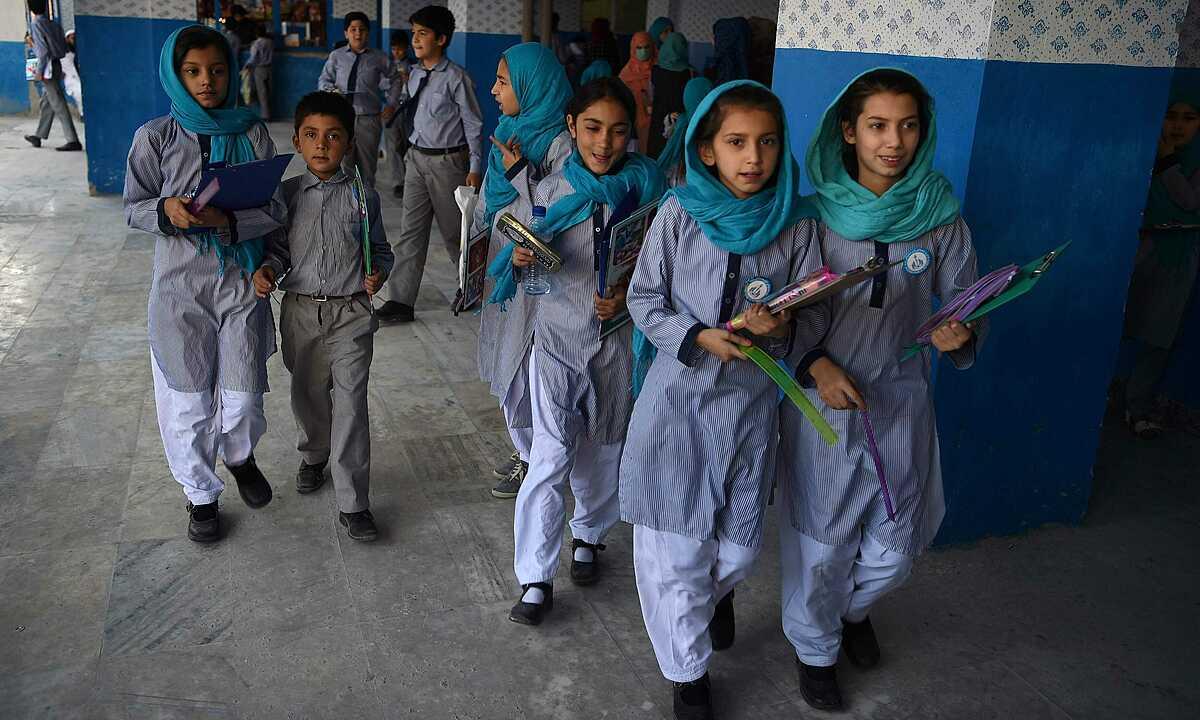 Trẻ em rời trường học sau một kỳ thi ở Afghanistan tháng 7/2019. Ảnh: AFP