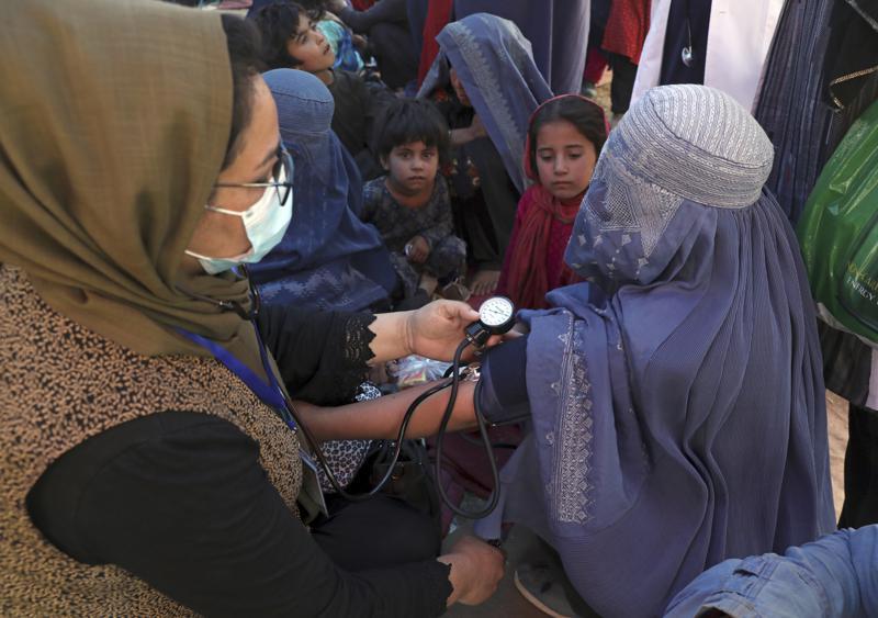 Một phụ nữ phải rời bỏ nhà cửa vì xung đột giữa Taliban và quân chính phủ Afghanistan được đo huyết áp tại một công viên ở Kabul ngày 10/8. Ảnh: AP