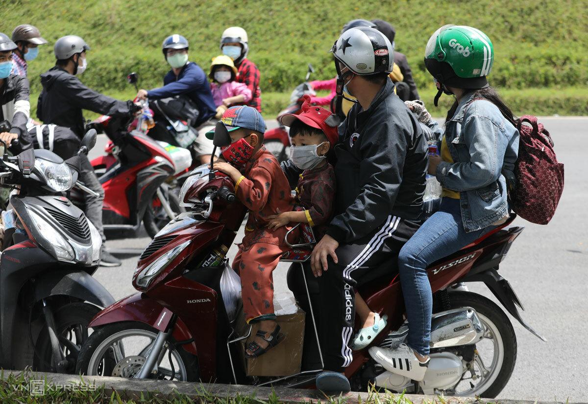 Lao động ngoại tỉnh tập trung tại cửa ngõ phía Đông TP HCM, chờ được qua chốt để về quê nhưng phải quay xe, ngày 15/8. Ảnh: Như Quỳnh