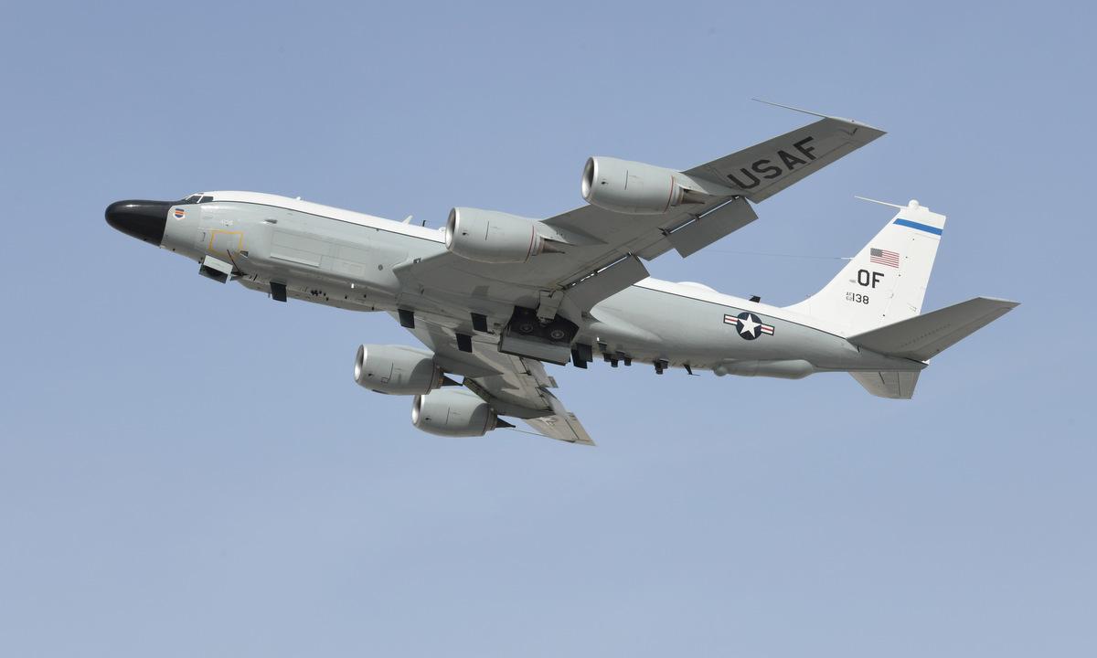 Chiếc RC-135V/W mã hiệu 62-4138 cất cánh từ căn cứ Al Udeid, Qatar, hồi tháng 7. Ảnh: USAF.