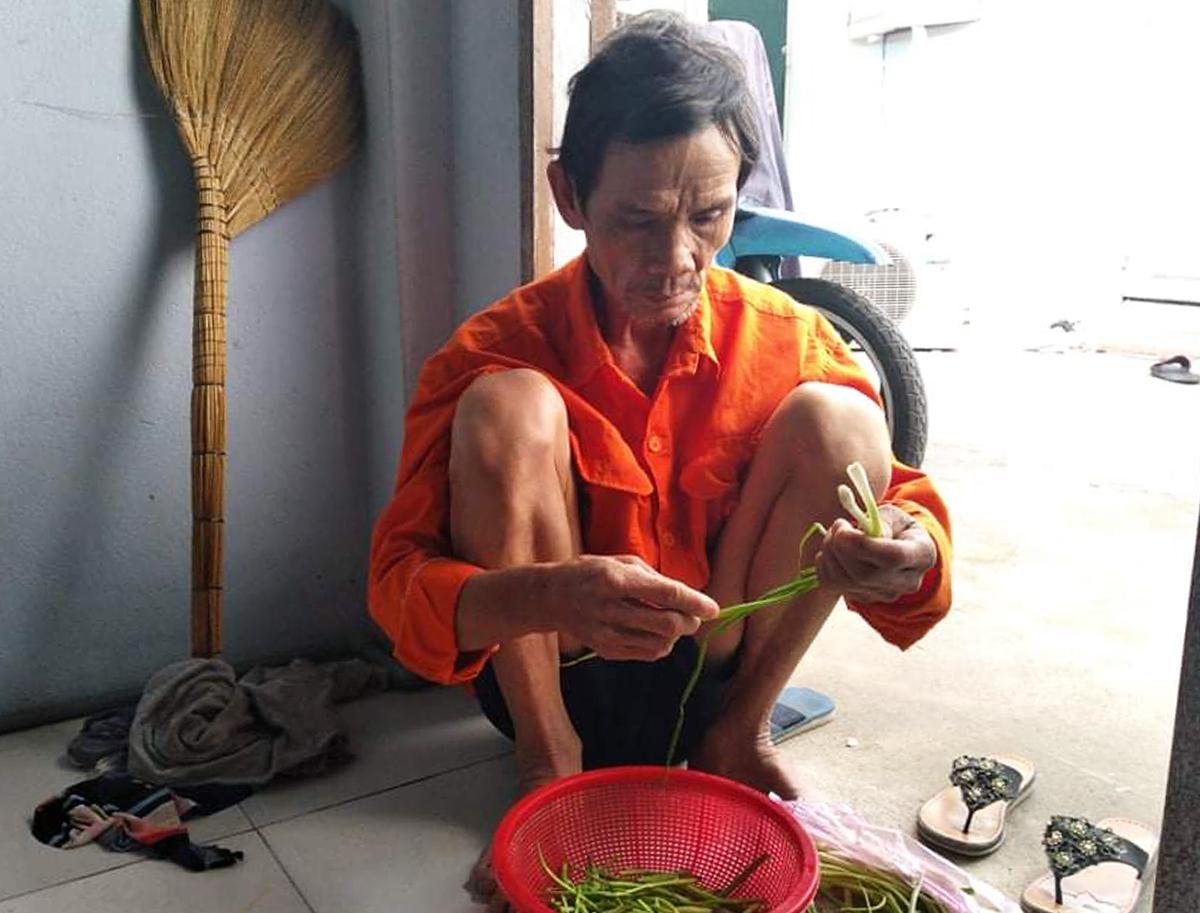 Ông Hà Văn Hồng tại căn phòng trọ. Ảnh: An Phương