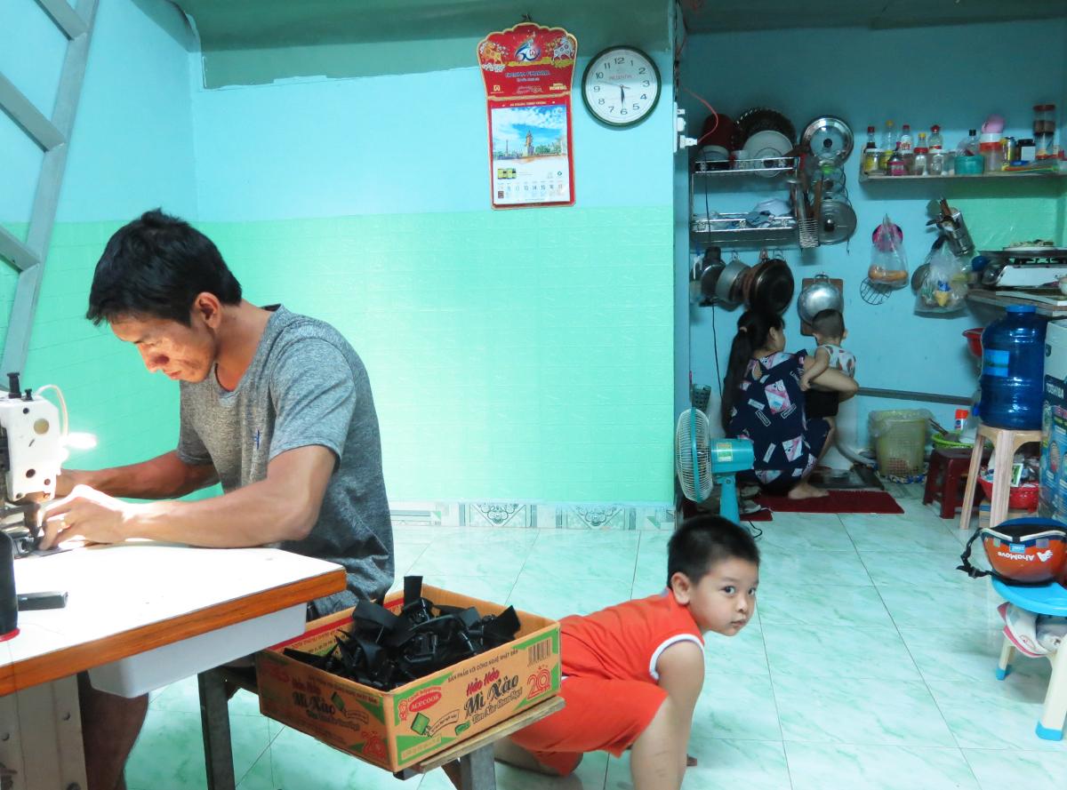 Gia đình nữ công nhân Hồng Tuyết tại phòng trọ, ở số 111/18 đường Phạm Văn Chiêu, Gò Vấp.  Ảnh: An Phương