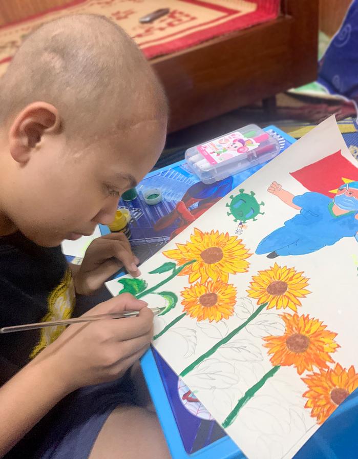 Vũ Duy đang vẽ bức tranh tham gia cuộc thi Vì một Việt Nam tất thắng, để cổ vũ y bác sĩ và người dân Việt Nam cùng nhau vượt qua Covid-19. Ảnh: Gia đình cung cấp