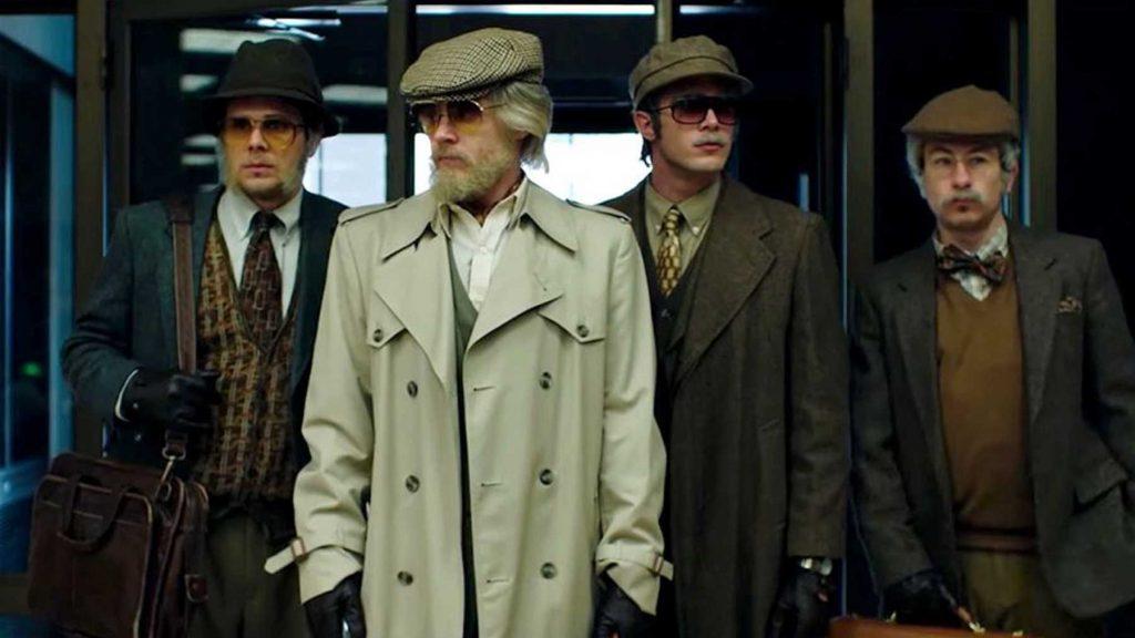 Bốn nam diễn viên tromg cảnh phim American Animals, tái hiện thời điểm 4 chàng sinh viên hoá trang bước vào thư viện Transylvania. Ảnh: EmpireOnline