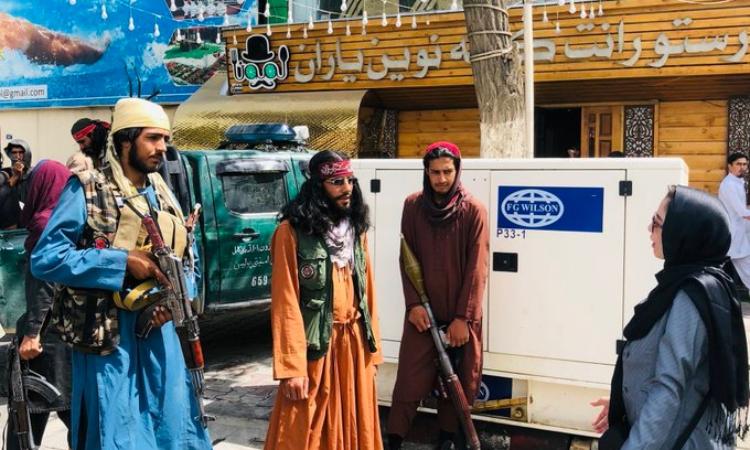 Nữ phóng viên của tờ Etilaatroz Sakina Amiri (phải) phỏng vấn các thành viên Taliban trên đường phố Kabul hôm 17/8. Ảnh: Twitter/Elyas Nawandish.
