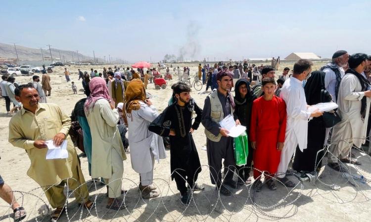 Hàng trăm người tập trung bên ngoài sân bay quốc tế ở Kabul hôm 17/8. Ảnh: AP.