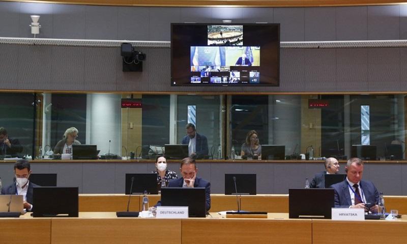 Đại diện cấp cao về chính sách đối ngoại EU Josep Borrell xuất hiện trên màn hình khi ông tham dự cuộc họp bất thường về tình hình Afghanistan, tại Brussels, Bỉ hôm 17/8. Ảnh: AFP.