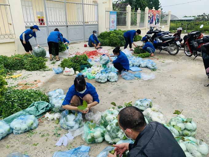 Từ sáng sớm, các tình nguyện viên giúp phân loại, đóng gói và cân nông sản cho kịp chuyến xe chở đi. Ảnh: Nhân vật cung cấp.