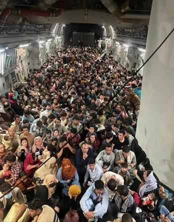 Hơn 600 người Afghanistan chen chúc trên máy bay chở hàng của Không quân Mỹ hôm 15/8. Ảnh: Defense One.