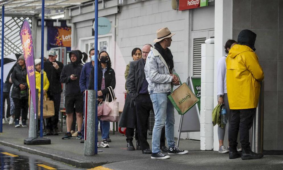 Người dân xếp hàng bên ngoài một siêu thị ở Auckland hôm 17/8. Ảnh: AP.