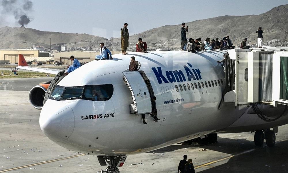Người dân Afghanistan leo lên một máy bay đậu tại sân bay ở Kabul hôm 16/8 với hy vọng được rời khỏi đất nước sau khi Taliban toàn quyền kiểm soát lãnh thổ. Ảnh: AFP.