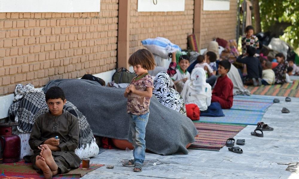 Trẻ em Afghanistan cùng gia đình chạy trốn chiến sự ngồi trong sân của nhà thờ Hồi giáo Wazir Akbar Khan ở Kabul hôm 13/8. Ảnh: AFP.