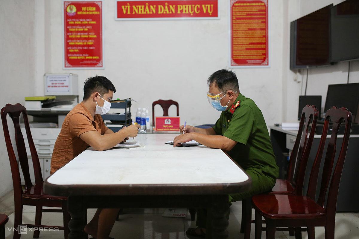 Đáng tại cơ quan công an phường An Hải Bắc, khuya ngày 17/8. Ảnh: Nguyễn Đông.