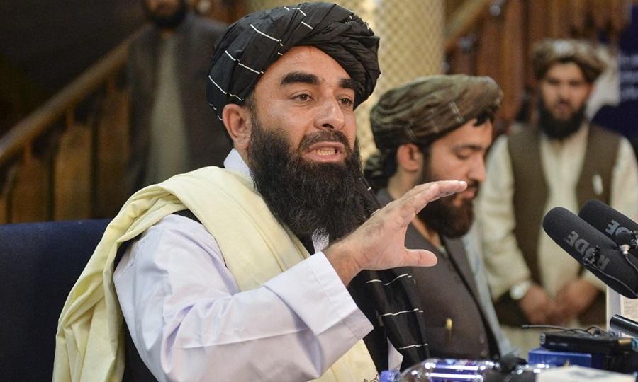 Người phát ngôn Taliban Zabihullah Mujahid phát biểu trong cuộc họp báo đầu tiên ở Kabul hôm 17/8, sau khi Taliban tiếp quản Afghanistan. Ảnh: AFP.
