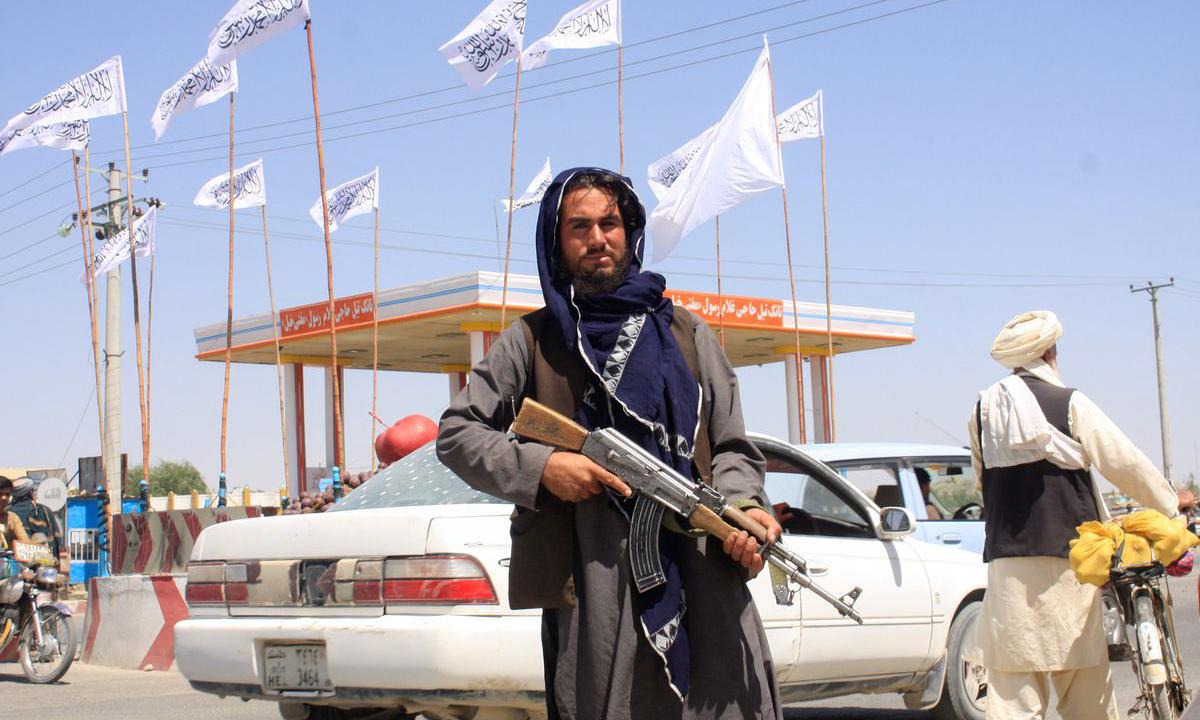Một thành viên của Taliban tại thành phố Ghazni, Afghanistan hôm 14/8. Ảnh: Reuters.