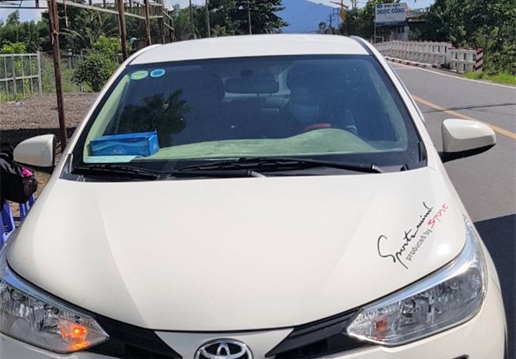 Chiếc xe chở 4 người từ vùng dịch trở về bị phát hiện, chiều 17/8. Ảnh: Thanh tra Giao thông Bình Thuận