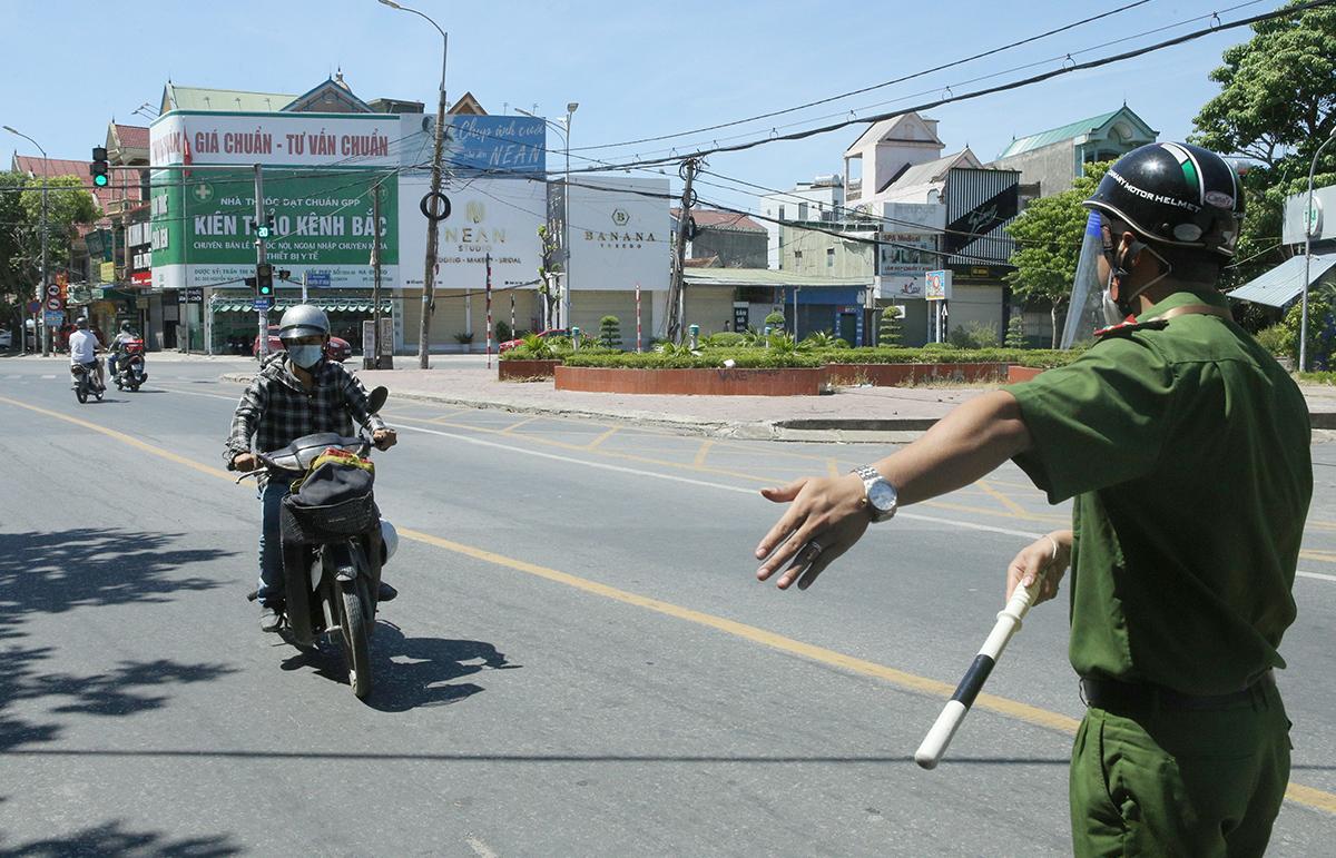 Lực lượng chức năng của TP Vinh kiểm tra giấy tờ người tham gia giao thông, sáng 18/8. Ảnh: Nguyễn Hải