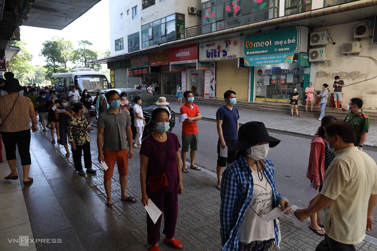 Người dân khu đô thị Linh Đàm, quận Hoàng Mai xếp hàng chờ xét nghiệm sáng 18/8. Ảnh: Ngọc Thành.