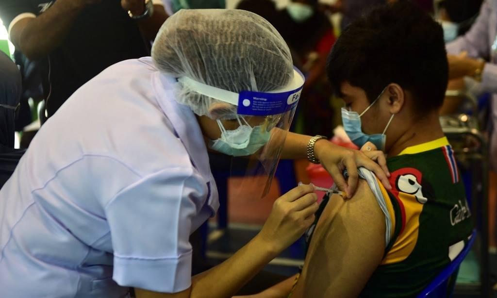 Nhân viên y tế tiêm vaccine Covid-19 cho một thiếu niên ở bệnh viện Narathiwat, tỉnh Narathiwat, Thái Lan, ngày 18/8. Ảnh: AFP.