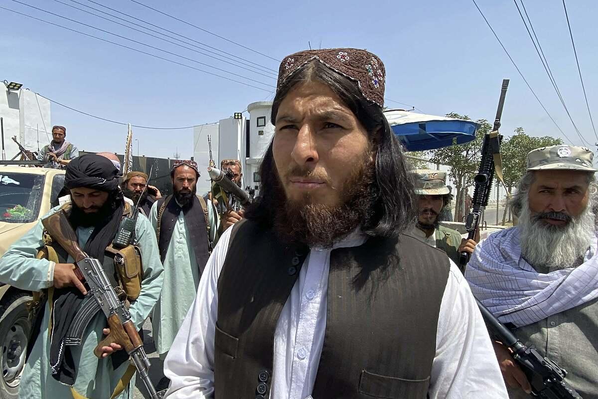 Chiến binh Taliban đứng gác tại cổng ra vào Bộ Nội vụ ở Kabul ngày 17/8. Ảnh: AFP
